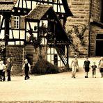 Menschen in der Klosteranlage Maulbronn s
