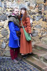 Menschen in historischer Kleidung auf dem mittelalterlichen Weihnachtsmarkt der Ronneburg #   7329