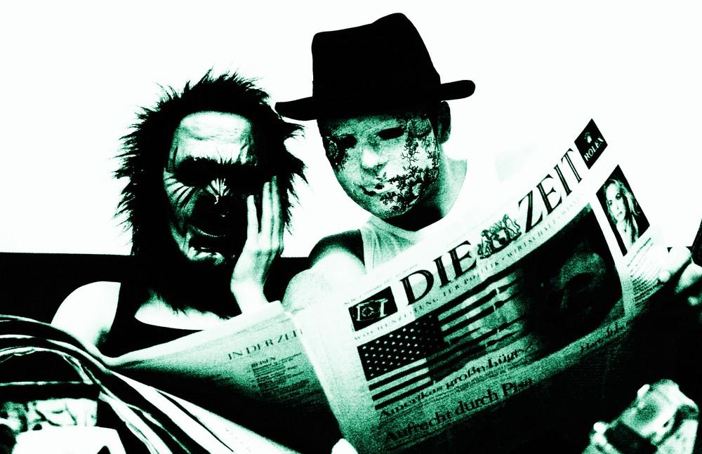 Menschen tragen Masken - Zeitungssorgen