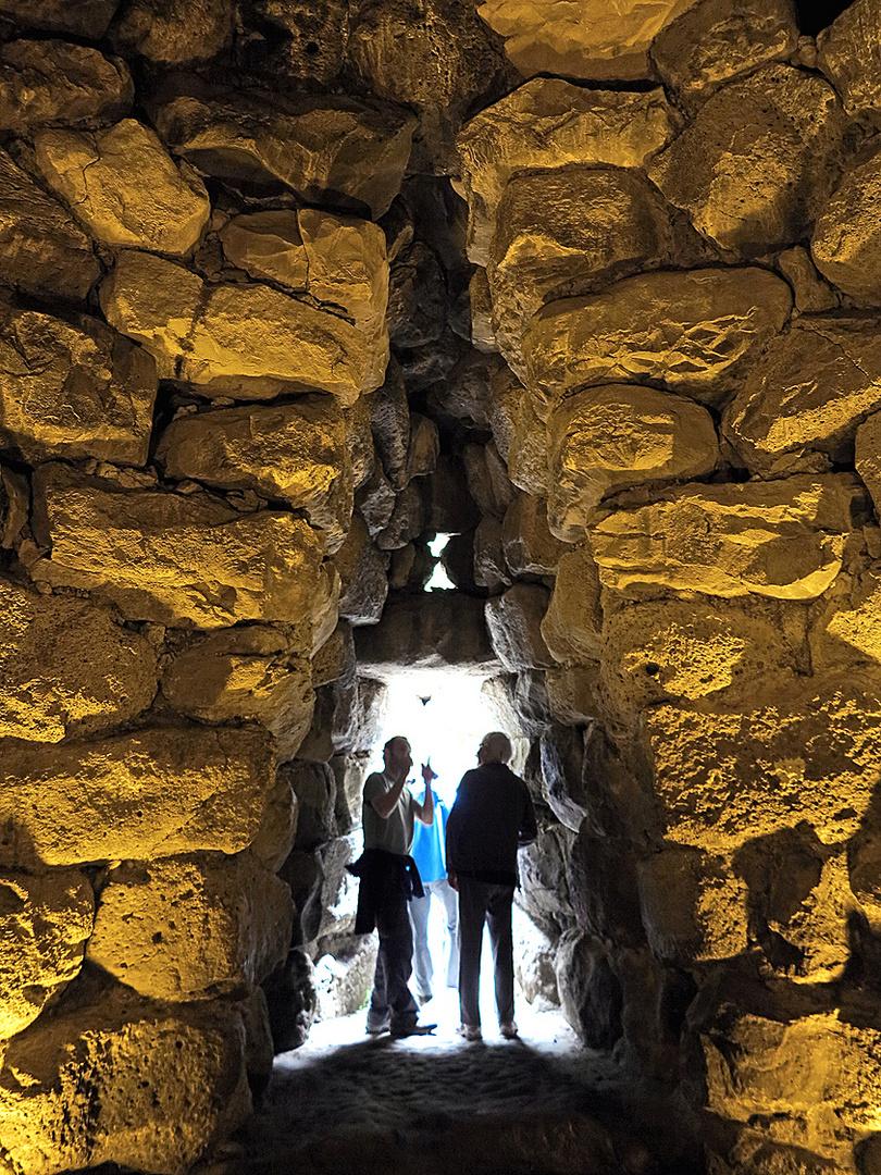 Menschen von heute in Mauern von vor 3000 Jahren / Gente di oggi nei muri da 3000 anni fa
