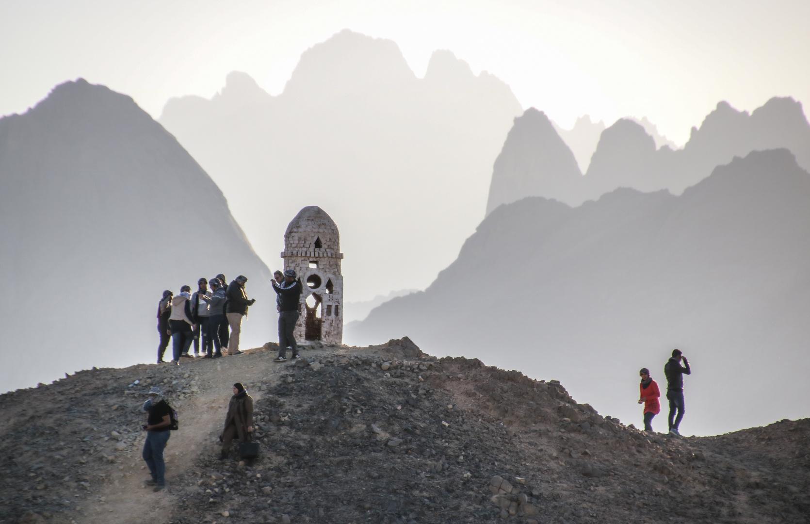 Menschen vor Bergen egypt