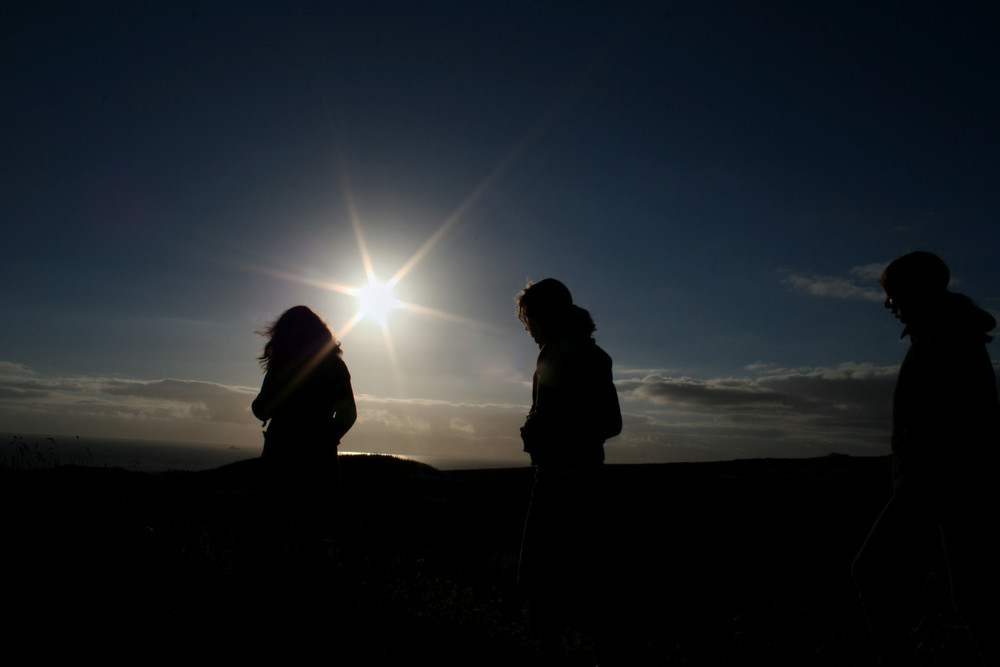 menschen vor dem Sonnenuntergang
