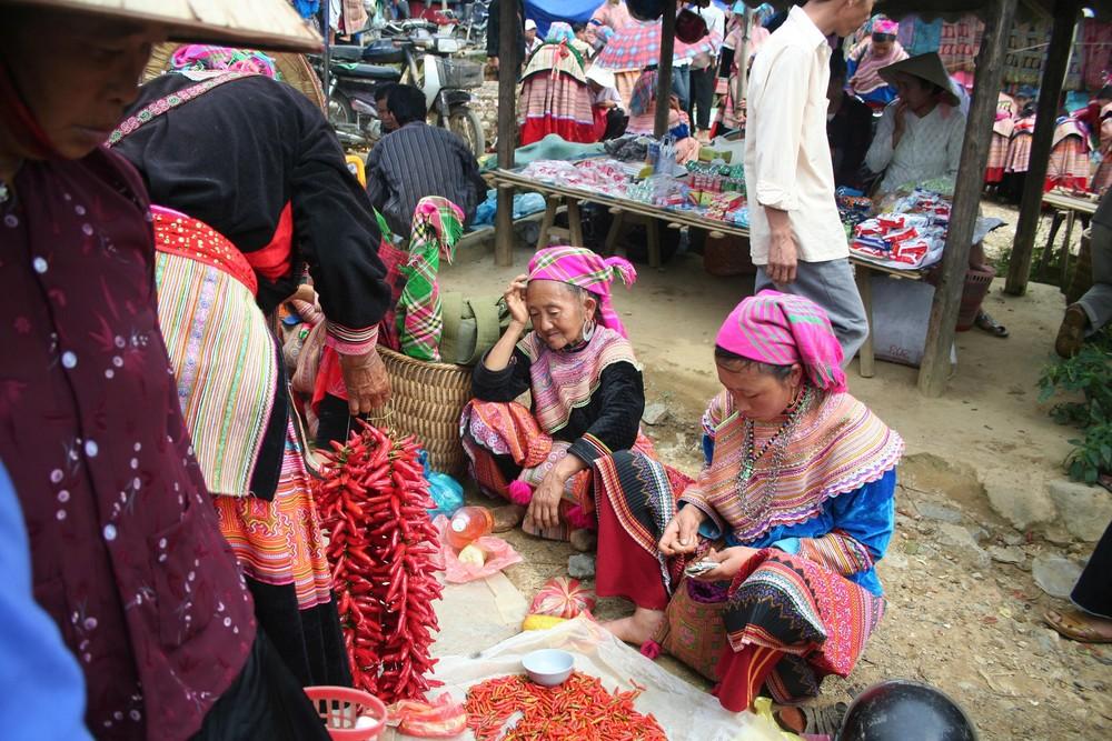 Mercado de Bac Ha, mujeres Hmong flor