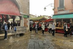 Mercato del pesce sotto la pioggia