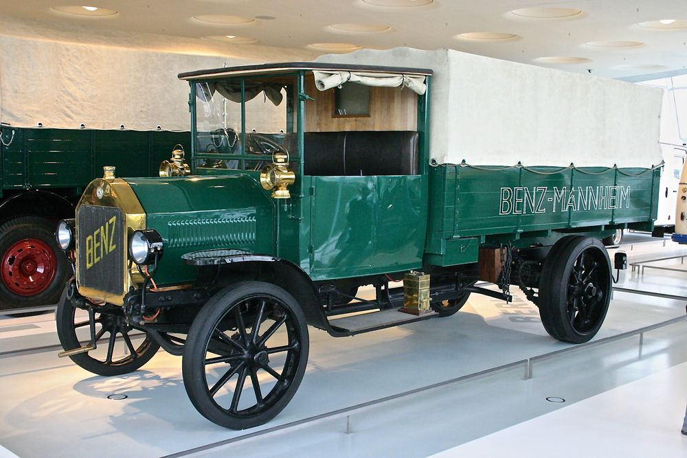 Mercedes-Benz Museum 06