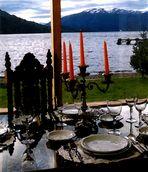 Mesa junto al lago