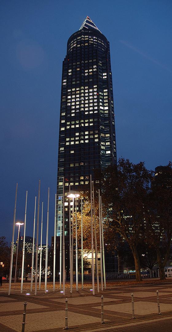 Messeturm Frankfurt/Main mit Weihnachtsbaum