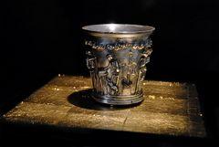 Metallbecher mit Totenmotiv aus Pompeji