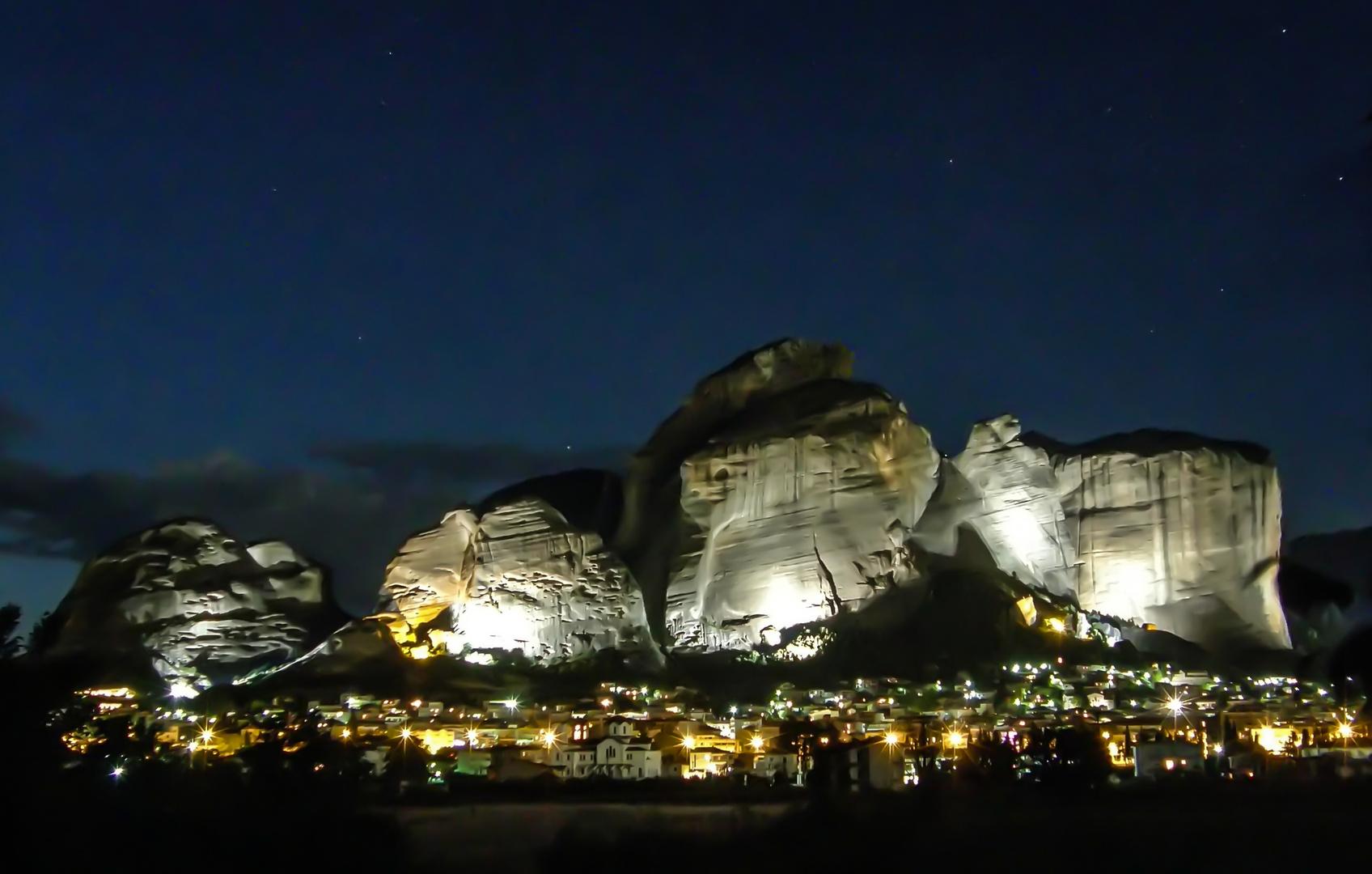 Meteora bei Nacht