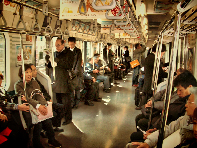 Metro de Tokyo, escriben en columna, los que leen parece que te dan la razón durante el viaje.