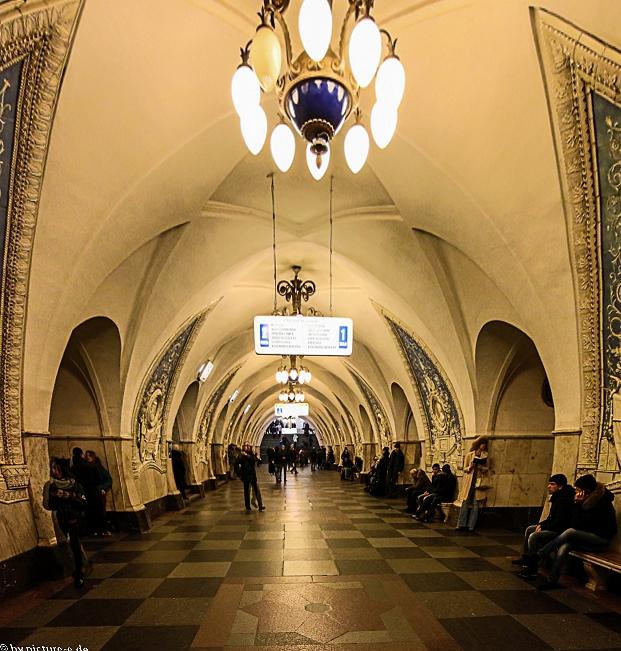 Metrostation in Moskau, tief unter der Erde