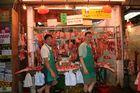 Metzger auf einem Nachtmarkt in Hong Kong