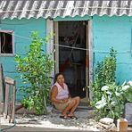 Mexikanerin vor ihrem Haus