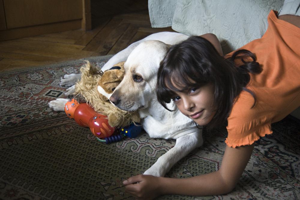 Mi perra Luna y mi nieta.