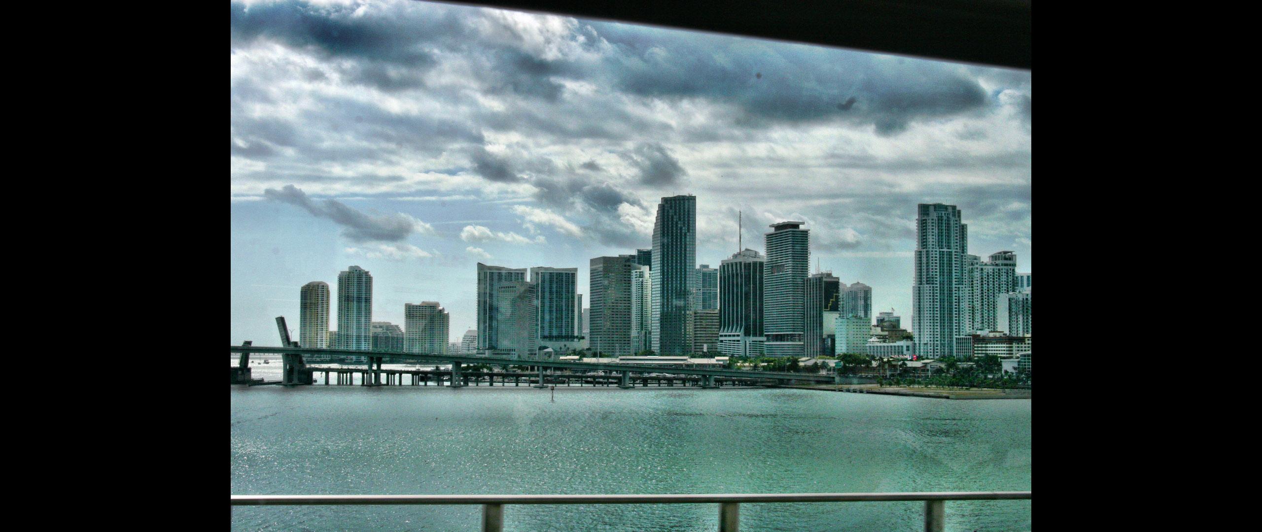 Miami gehüllt in düsteren Wolken