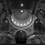 Michelangelo´s Kuppel im Petersdom S/W