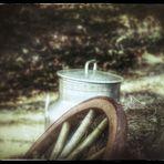 Milchbehälter und Holzrad