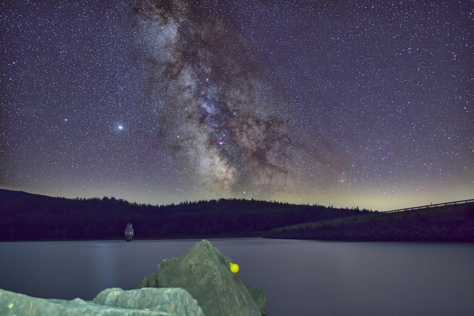 Milchstraße über Talsperre
