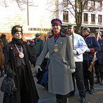 Militärparade - mit Kostümen aus dem letzten Jahrhundert