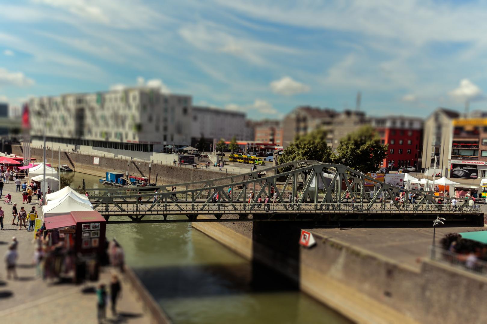 * Miniatur-Brücke *