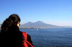 Mio figlio, di spalle, sul golfo di Napoli con il Vesuvio davanti...