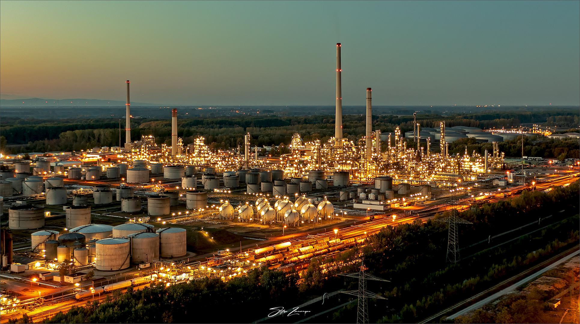 MiRO Mineraloelraffinerie Oberrhein (Karlsruhe) in der Dämmerung