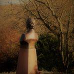 Mit dem Blick auf die Stadt Stuttgart im Tal wurde ihr hier ein Denkmal gestezt