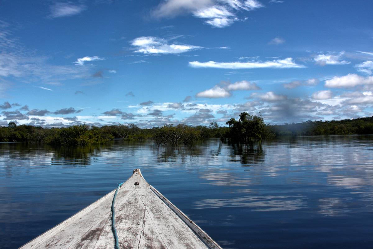 mit dem Boot unterwegs auf dem Amazonas