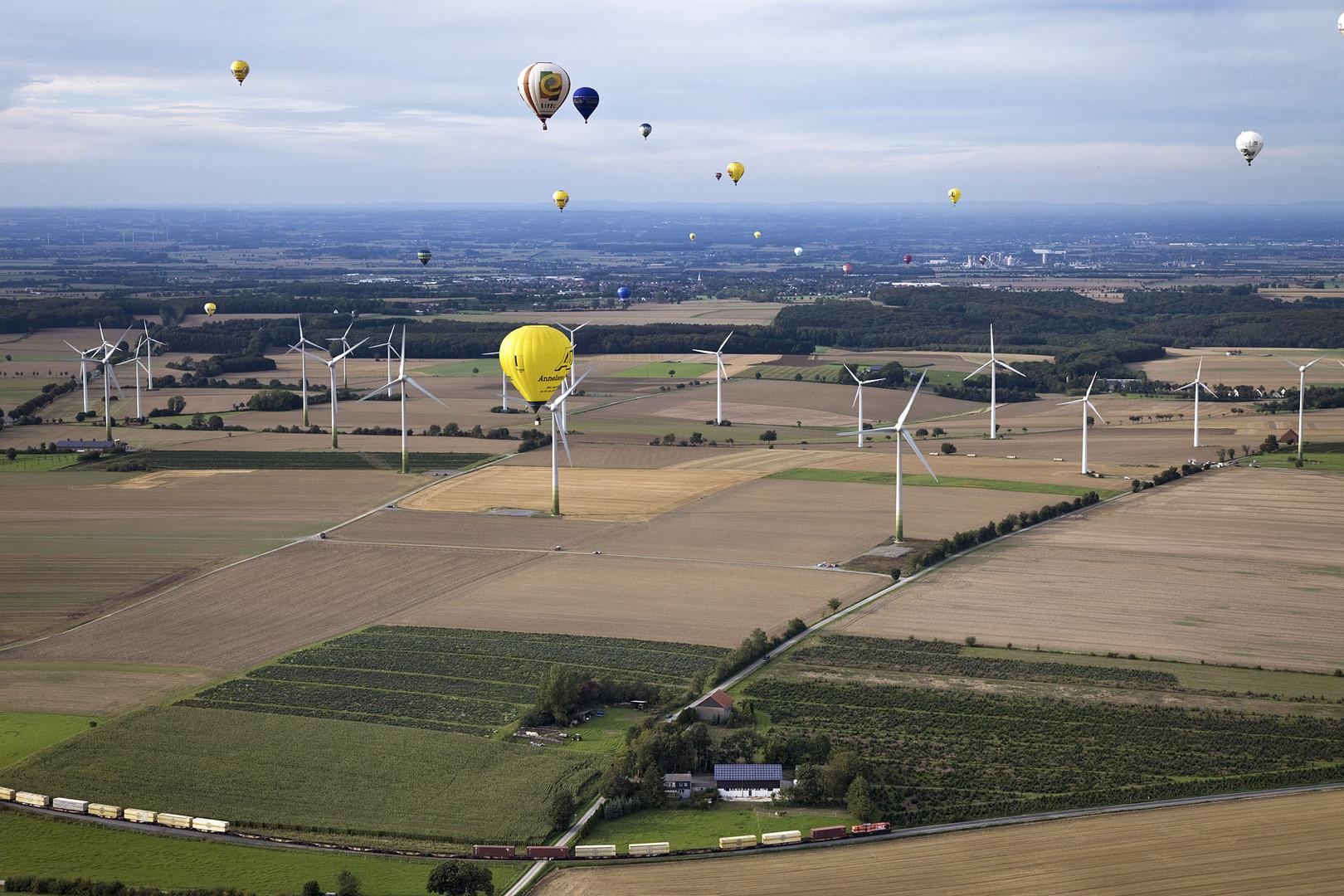 mit dem Heissluftballon durch den Windpark