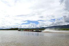 ...mit dem Longtail Boot über den Inle See...