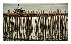 Mit dem Motorrad über die Bambusbrücke
