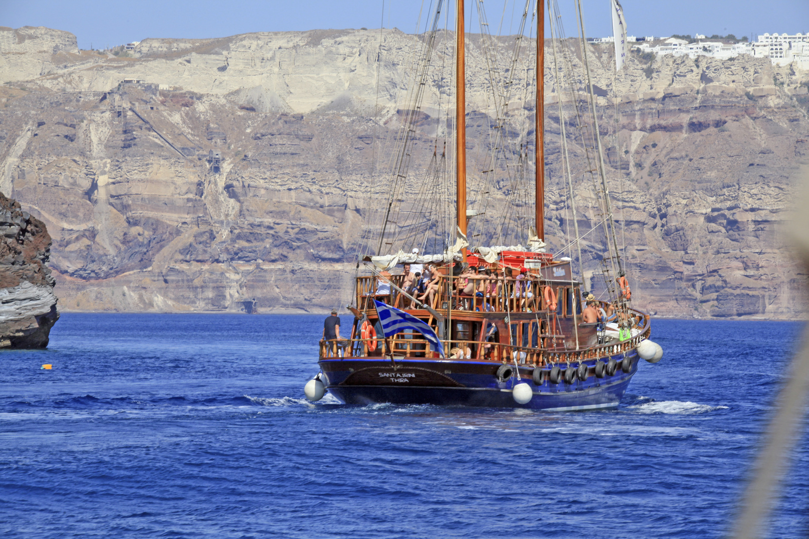 ...mit dem Schiff Santorin umrunden.