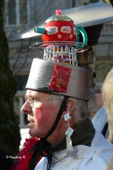 Mit dem Teekesselt auf dem Kopf