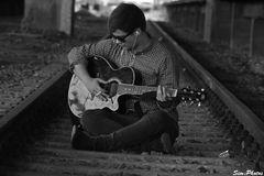 Mit der Gitarre im Gleisbett