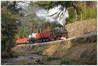 Mit einem Güterzug an der Stützmauer
