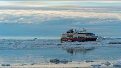 mit einem schiff der hurtigruten in die arktis
