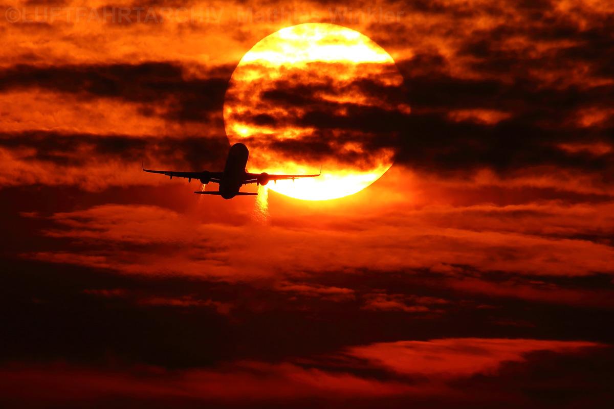 Mit Feuerschweif der Sonne entgegen