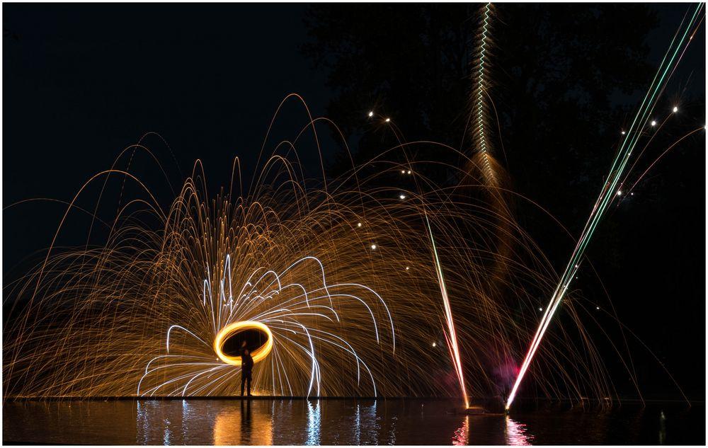 mit kleinem Feuerwerk