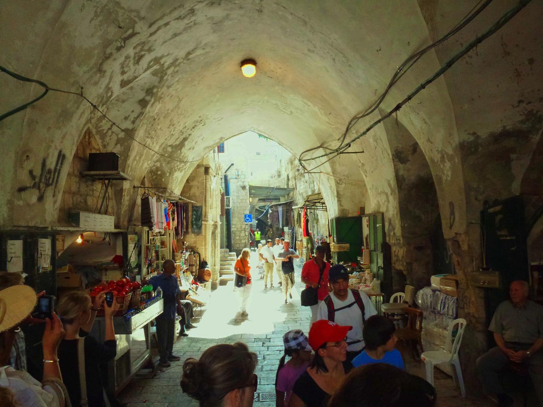 mit Kreuzgradgewölbe überwölbte Straße an einem der Basare in Jerusalems Altstadt