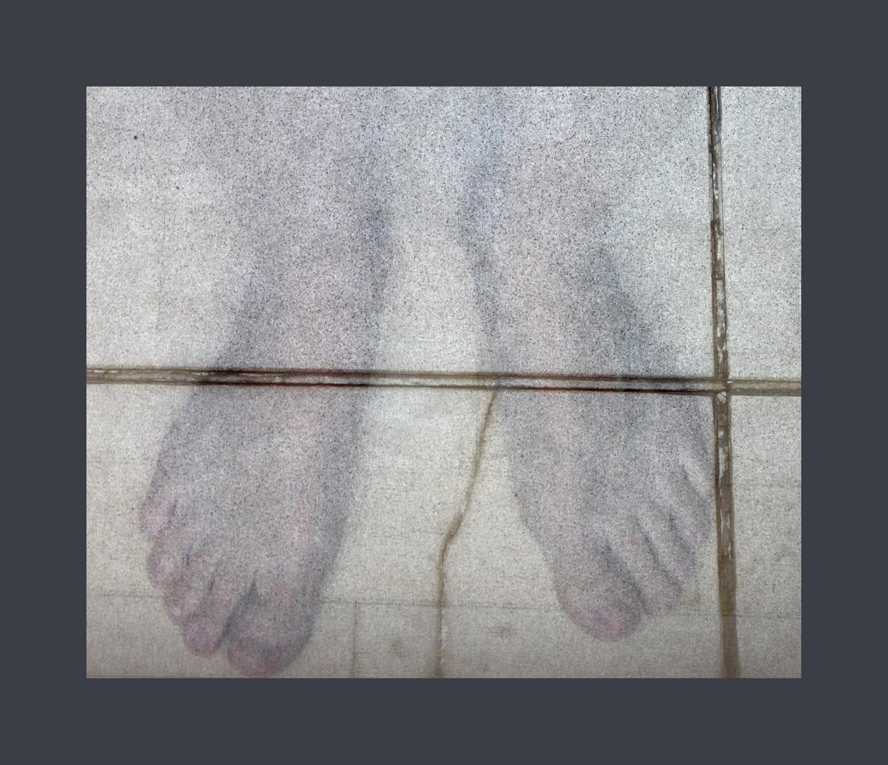 mit nackten Füßen auf gebrochenem Stein