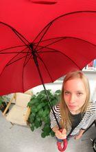 Mit Regenschirm im Büro