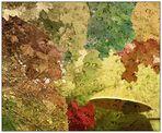 Mit Regenschirm unter Herbstblättern