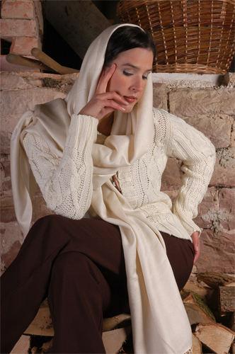 Mit Schal und Pullover in der Scheune