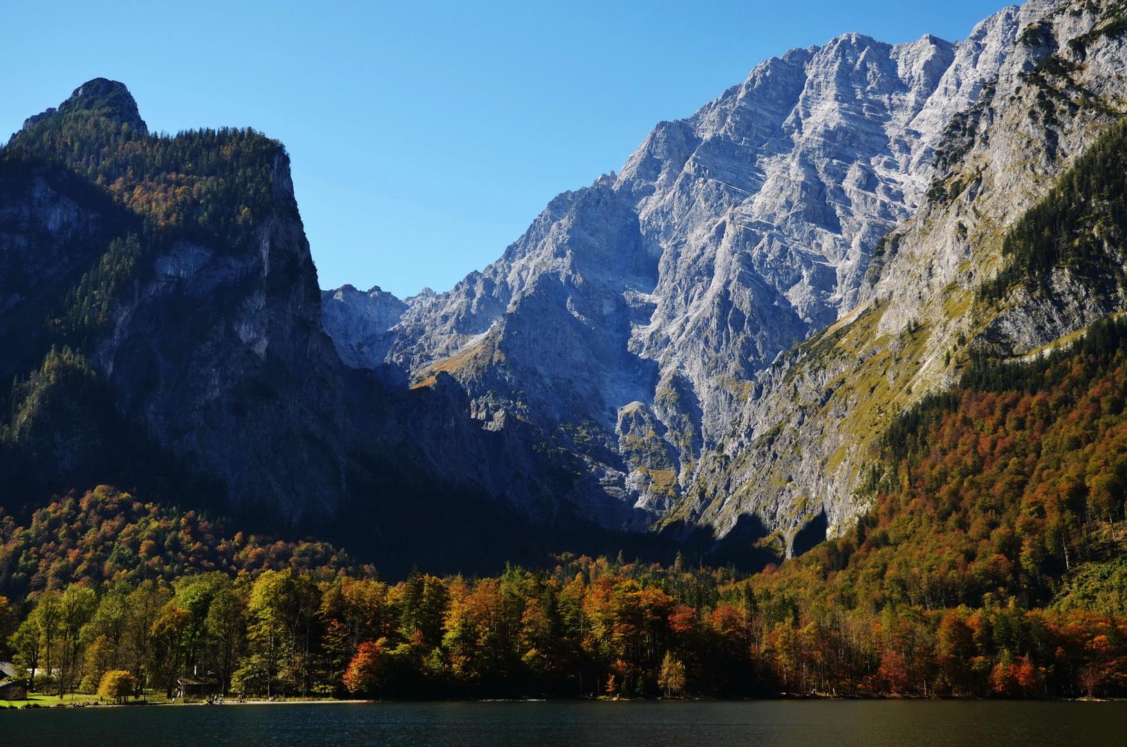 Mit schönen herbstlichen Farben ist die Watzmann Ostwand eingerahmt.