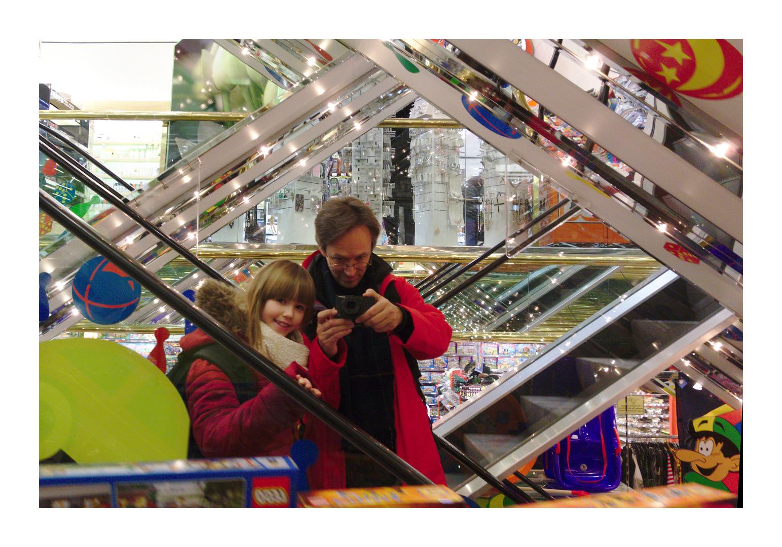 mit Tochter im Spielzeugladen