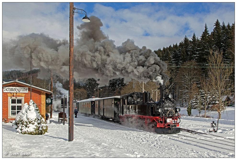 Mit viel Qualm im verschneiten Bahnhof Schmalzgrube