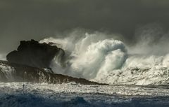 Mit Wucht rollen die Wellen heran