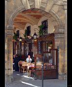Mittag in den Arkaden des Place des Vosges, Paris