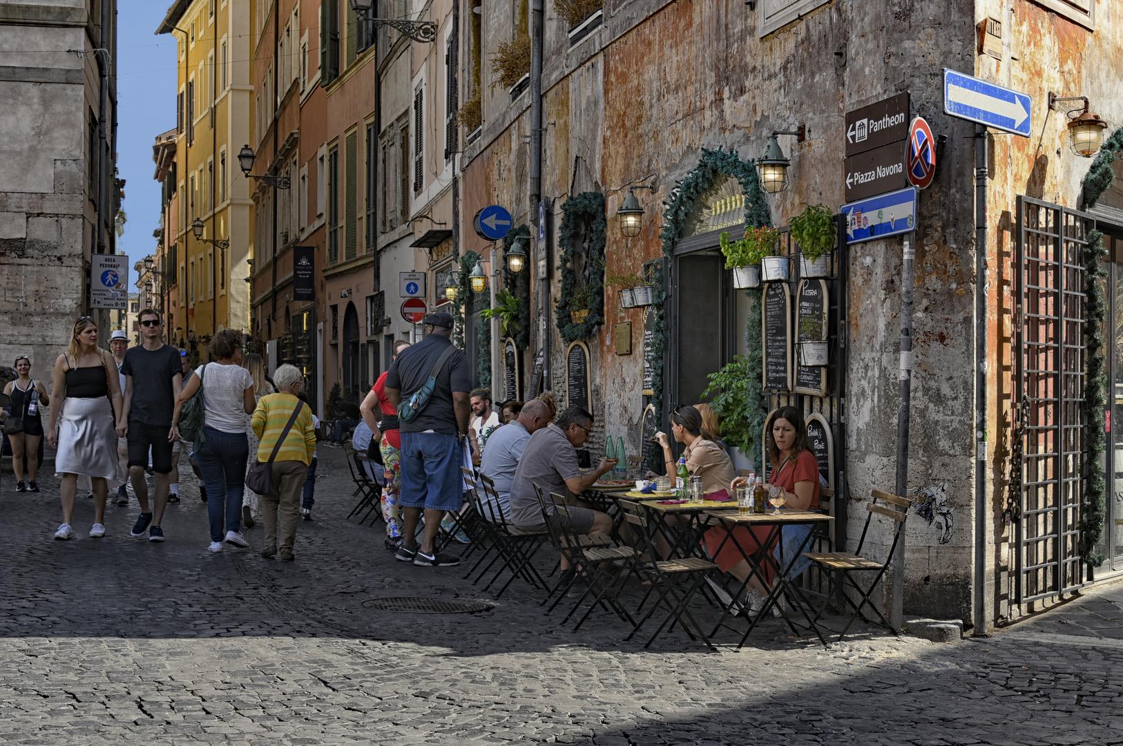 Mittagessen in den Gassen Roms