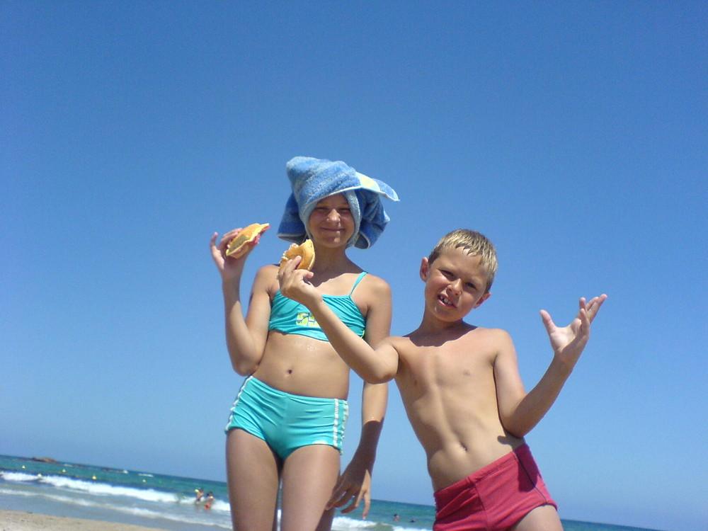 Mittagspause am Strand, mit praktischer Kopfbedeckung